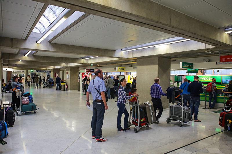 Офисы автопрокатных компаний в терминале 2 аэропорта Париж Шарль-Де-Голль