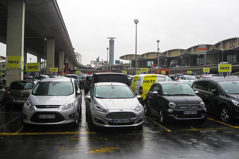 Парковка автопрокатной компании Hertz в аэропорту Париж Шарль-Де-Голль
