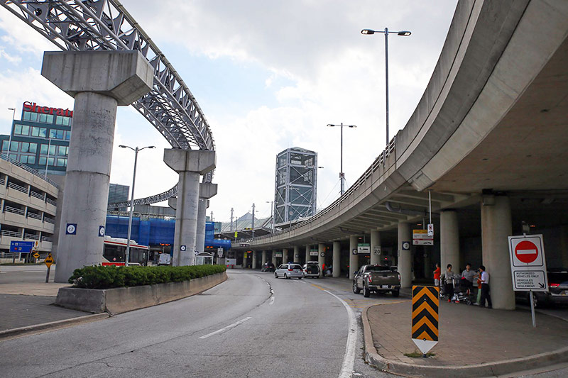 Автомобильная парковка автопрокатных компаний напротив терминала 3 аэропорта Торонто Пирсон