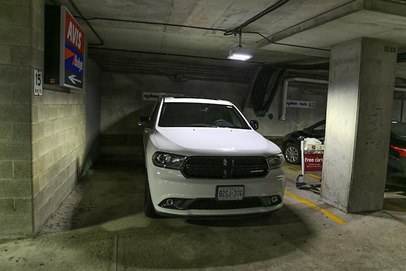 Автомобиль Dodge Durango на парковке автопрокатной компании Thrifty в аэропорту Торонто Пирсон