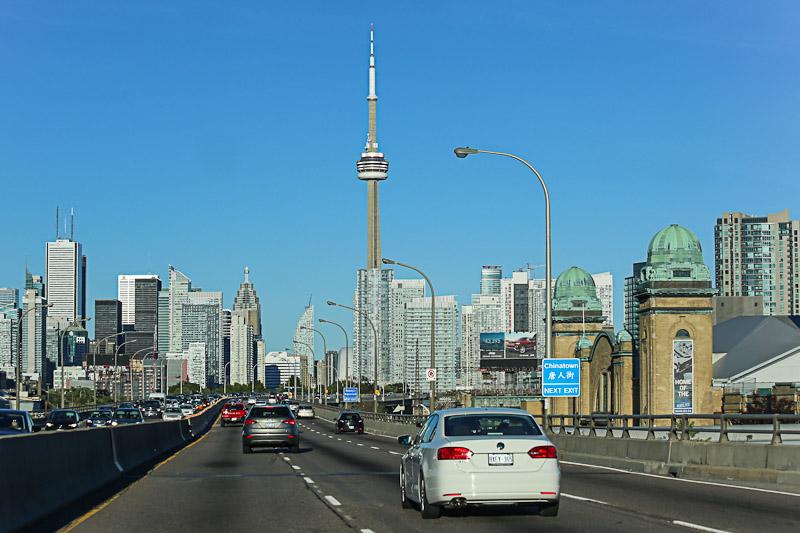 Скоростная автомагистраль в центре города Торонто