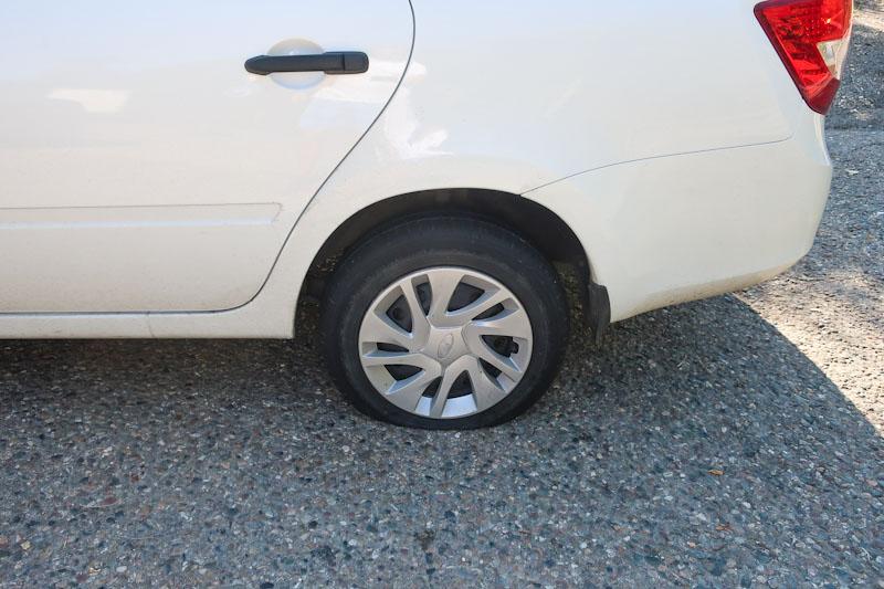 Спущенное колесо на арендованном автомобиле в Краснодаре